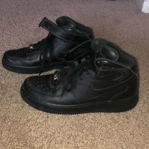 Black air force one mid top.